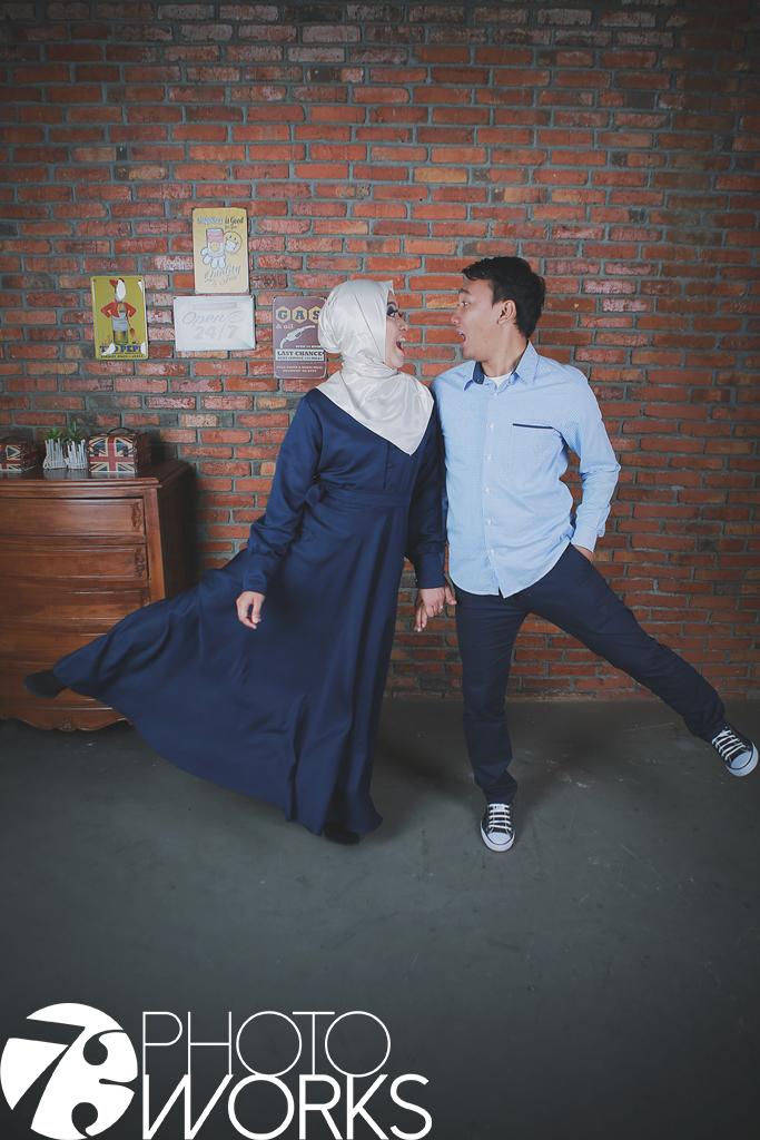 contoh-foto-prewedding-studio-indoor-baju-casual-kemeja-sawangan-depok-gaun-jas-by-73-photography