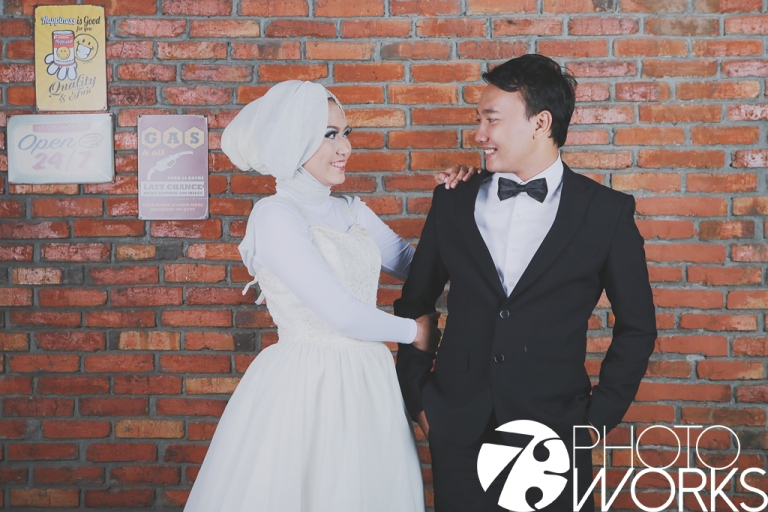 contoh-foto-prewedding-studio-indoor-bata-merah-sawangan-depok-gaun-jas-by-73-photography