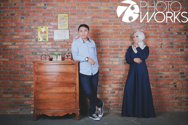 contoh-foto-prewedding-studio-indoor-casual-hijab-sawangan-depok-gaun-jas-by-73-photography