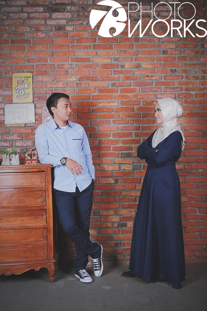 contoh-foto-prewedding-studio-indoor-casual-hijab-warna-biru-sawangan-depok-gaun-jas-candid-by-73-photography