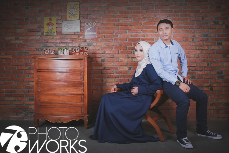 contoh-foto-prewedding-studio-indoor-casual-muslim-sawangan-depok-gaun-jas-by-73-photography