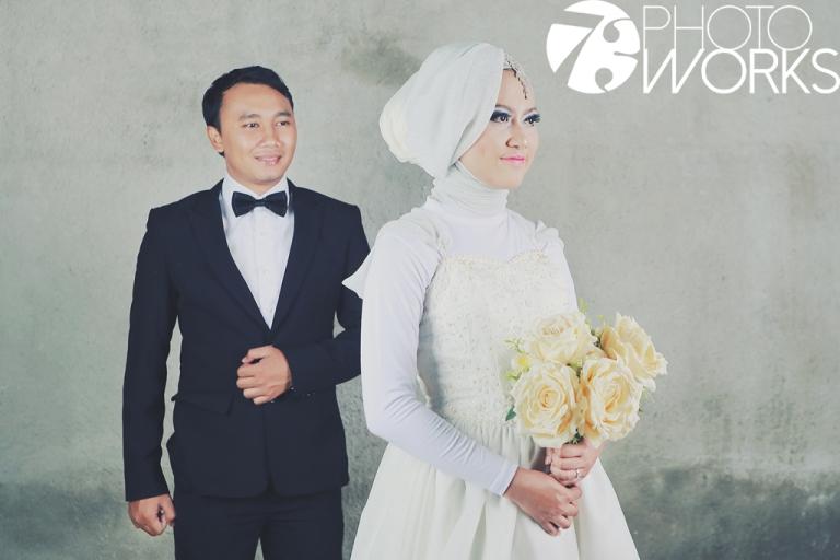 contoh-foto-prewedding-studio-indoor-gaun-jas-hijab-muslimah-sawangan-depok-gaun-jas-by-73-photography