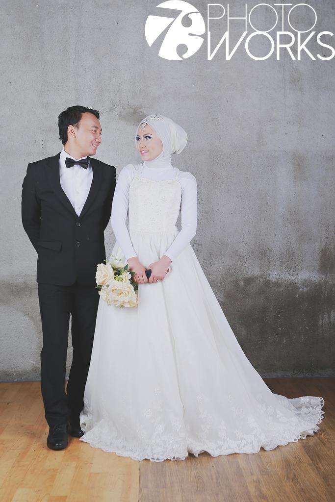 contoh-foto-prewedding-studio-indoor-hijab-bunga-sawangan-depok-gaun-jas-by-73-photography