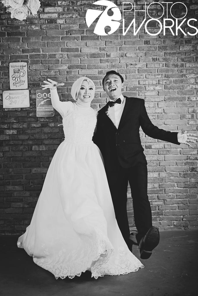 contoh-foto-prewedding-studio-indoor-hitam-putih-hijab-muslimah-sawangan-depok-gaun-jas-by-73-photography