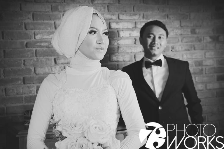 contoh-foto-prewedding-studio-indoor-hitam-putih-sawangan-depok-gaun-jas-by-73-photography