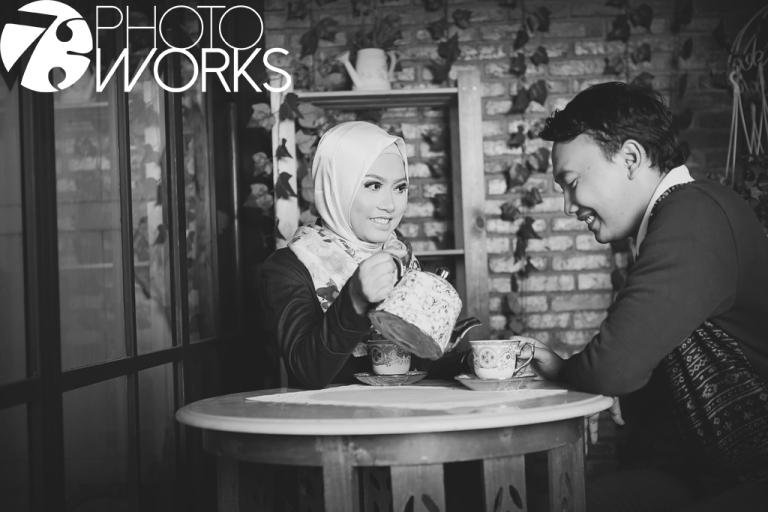 contoh-foto-prewedding-studio-indoor-hitam-putih-tuang-teh-sawangan-depok-gaun-jas-by-73-photography