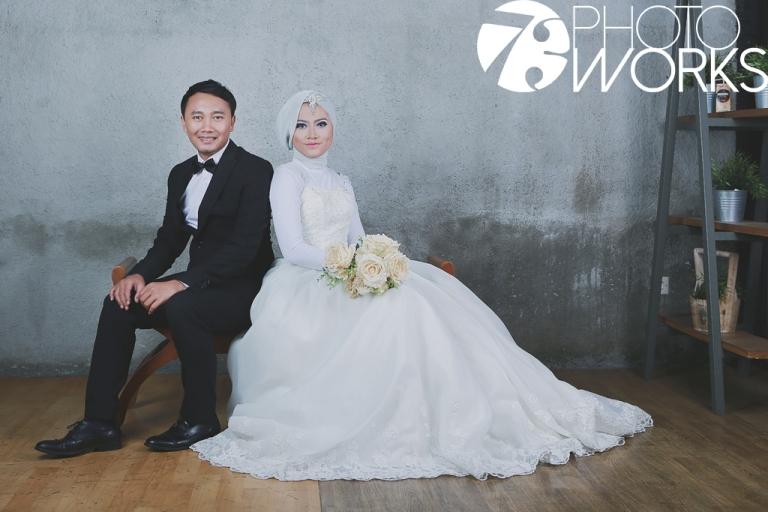 contoh-foto-prewedding-studio-indoor-kursi-jadul-sawangan-depok-gaun-jas-by-73-photography