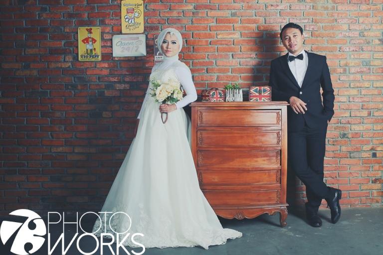 contoh-foto-prewedding-studio-indoor-meja-kayu-ukiran-sawangan-depok-gaun-jas-by-73-photography