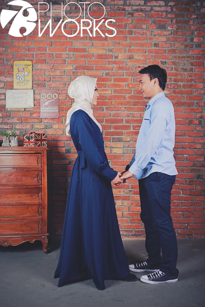 contoh-foto-prewedding-studio-indoor-muslim-hijab-sawangan-depok-gaun-jas-by-73-photography
