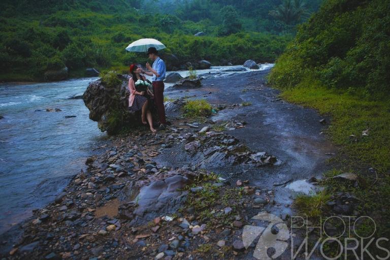 jasa-foto-prewedding-di-pinggir-sungai-hujan-hujan-batu-sungai