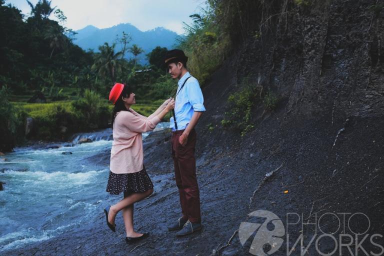 jasa-foto-prewedding-di-pinggir-sungai-kamera-jadul-2