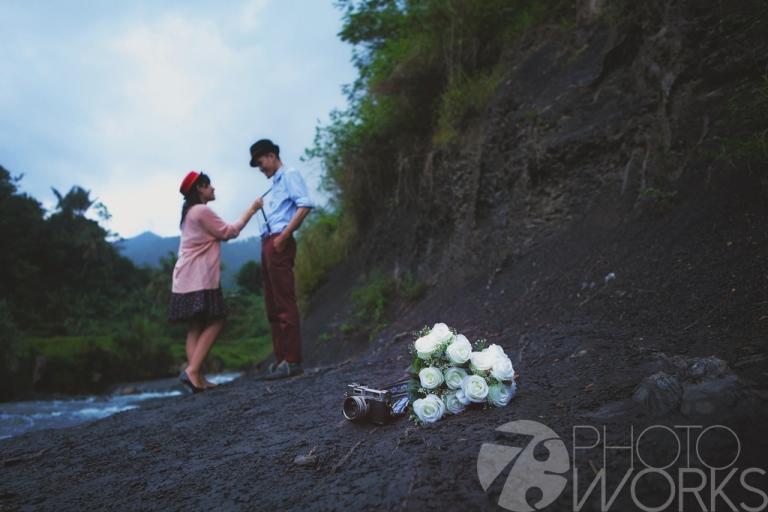 jasa-foto-prewedding-di-pinggir-sungai-kamera-jadul-bunga