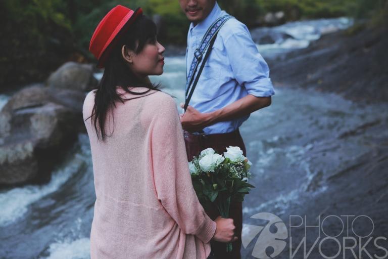 jasa-foto-prewedding-di-pinggir-sungai-kamera-jadul-pegang-bunga-puncak