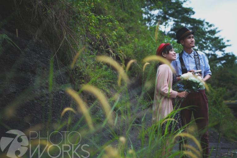 jasa-foto-prewedding-di-pinggir-sungai-kamera-jadul-pegang-bunga