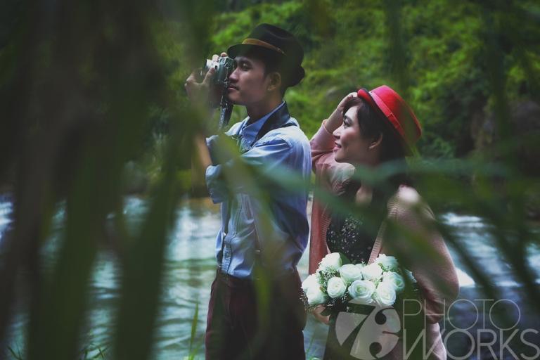 jasa-foto-prewedding-di-pinggir-sungai-kamera-jadul