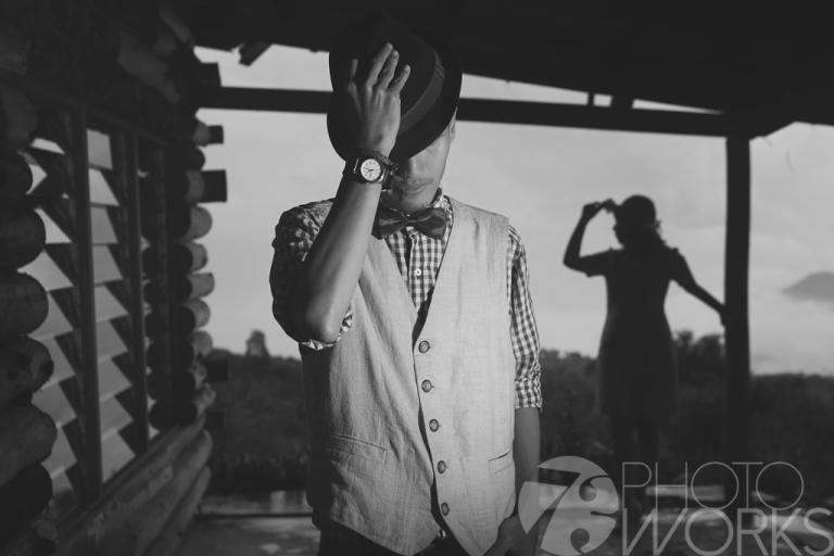 jasa-foto-prewedding-di-rumah-tua-hitam-putih-dengan-topi-jadul