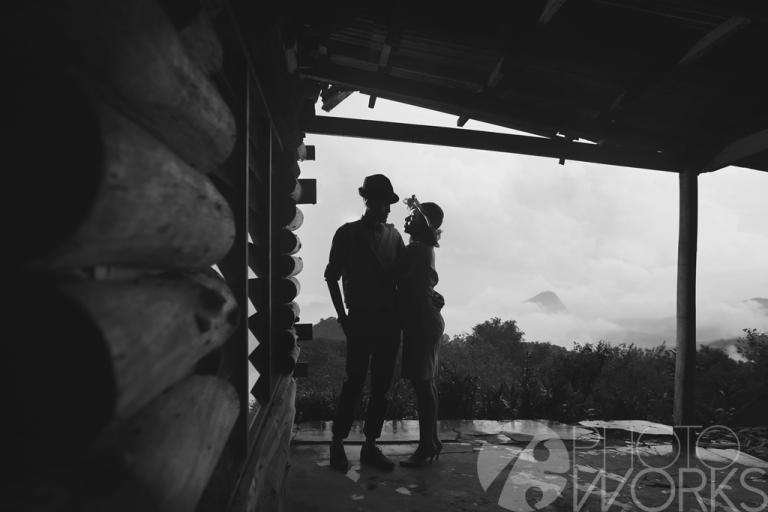 jasa-foto-prewedding-di-rumah-tua-hitam-putih-siluet-hitam-putih
