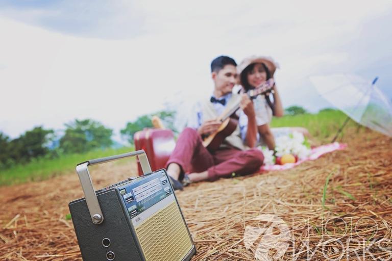 jasa-foto-prewedding-main-gitar-di-pematang-sawah