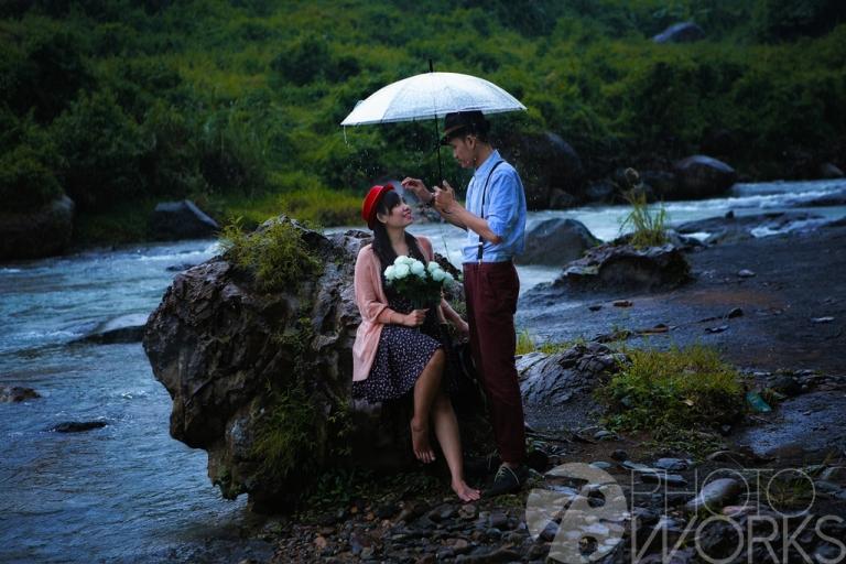 jasa-foto-prewedding-pegang-payung-hujan