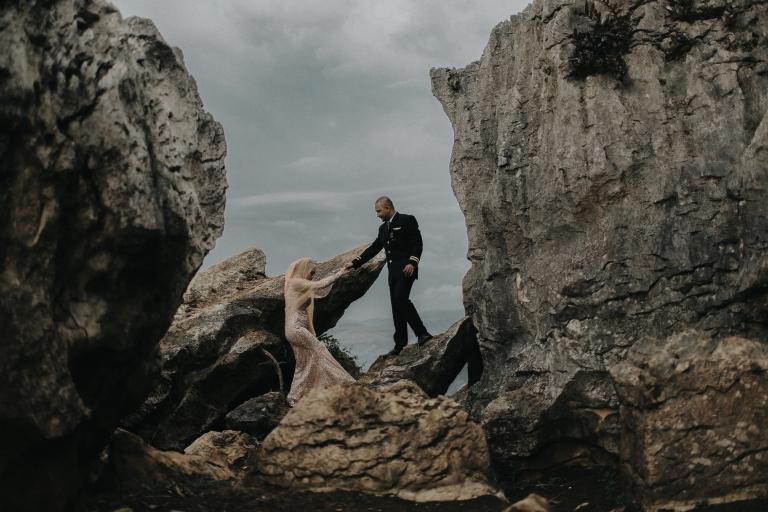 foto prewedding di ketinggian gunung batu