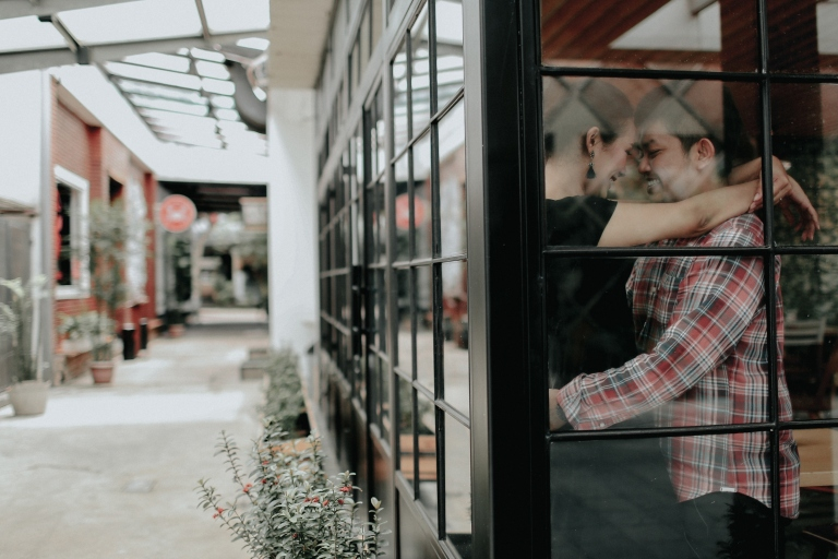 jasa-foto-prewedding-outdoor-di-cafe