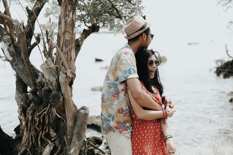 jasa-foto-prewedding-outdoor-unik-di-pantai