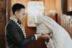 foto-akad-nikah-cium-tangan-suami