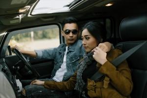 foto-prewedding-di-dalam-mobil