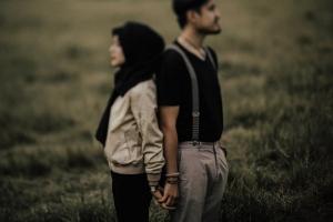 foto-unik-prewedding-di-bandung-pakai-suspender