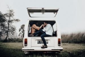 foto-prewedding-di-mobil-volkswagen
